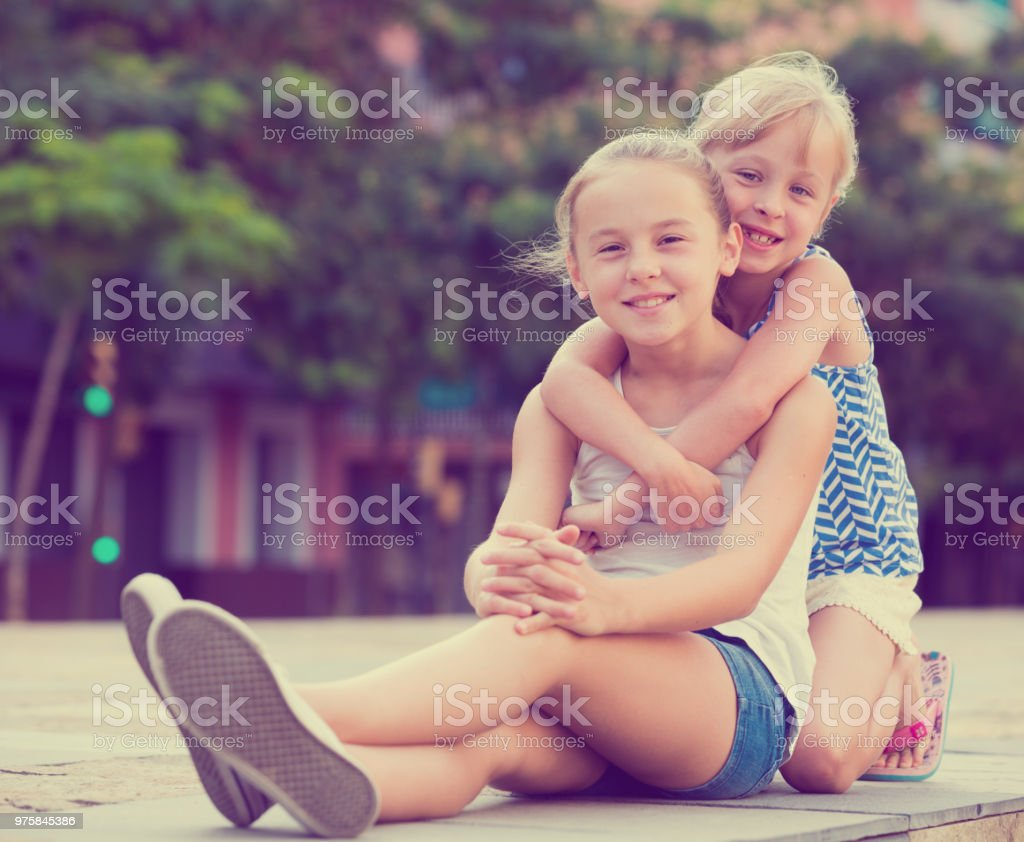 Duas pequenas irmãs felizes ao ar livre - foto de acervo