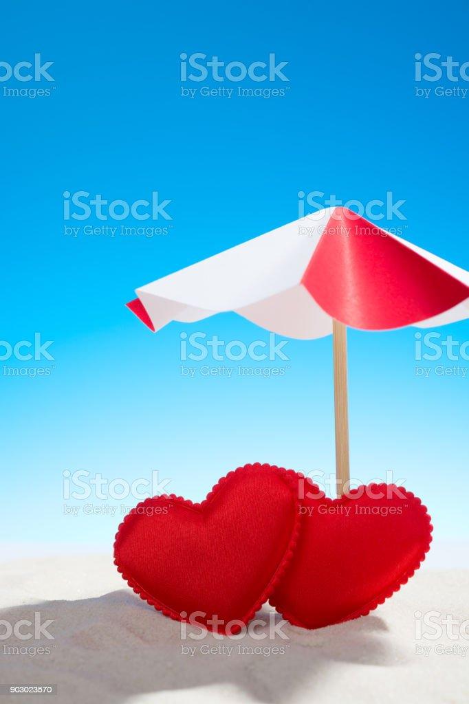 Zwei Kleine Rote Herzen Unter Dem Sonnenschirm Am Strand