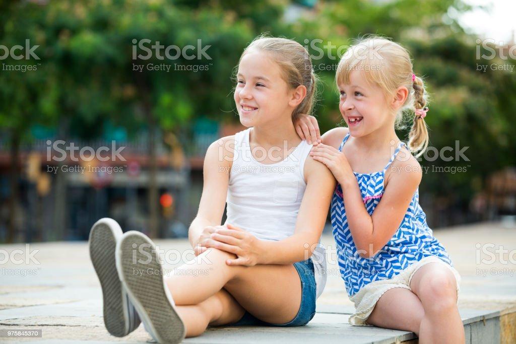Duas irmãs pequenas, olhando para a distância - foto de acervo