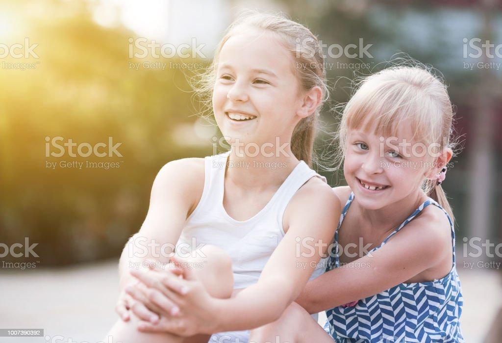 Duas irmãs adotado - foto de acervo
