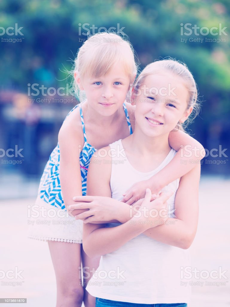 Duas meninas sorrindo abraçando - foto de acervo