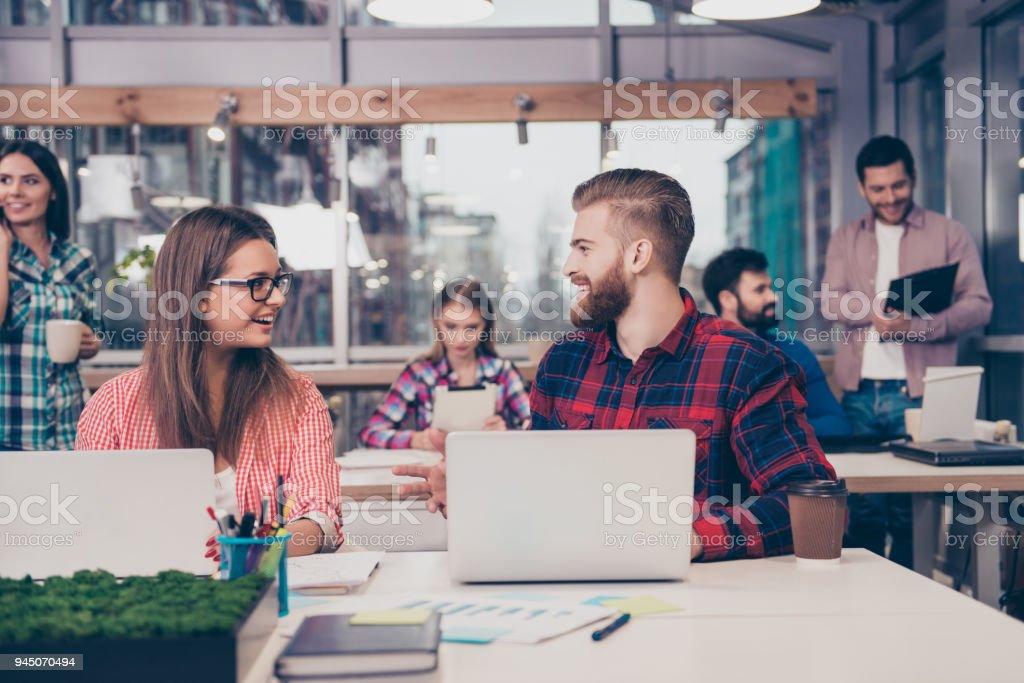 Dos gerentes sonrientes discutiendo la mejor manera de proyecto final - foto de stock