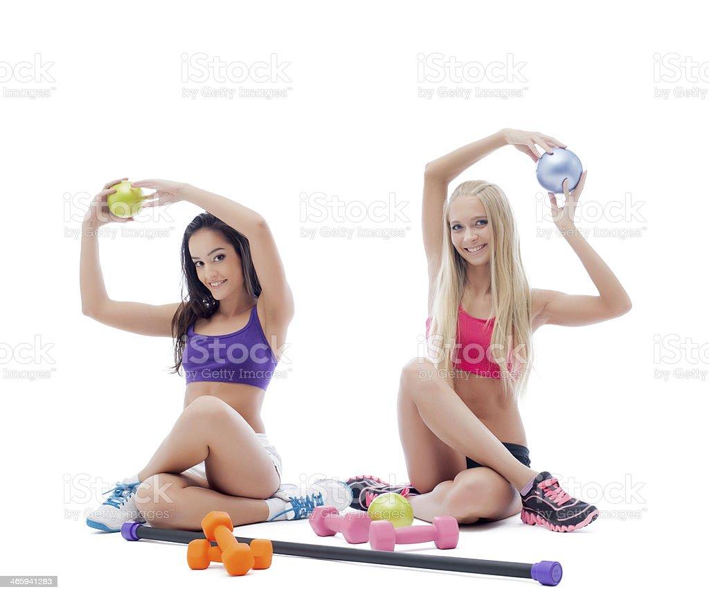 Dos atletas sonriente Joven mujer posando en studio - Foto de stock de Actividades y técnicas de relajación libre de derechos
