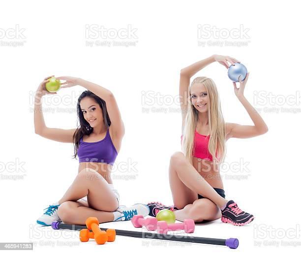 Dos Atletas Sonriente Joven Mujer Posando En Studio Foto de stock y más banco de imágenes de Actividades y técnicas de relajación