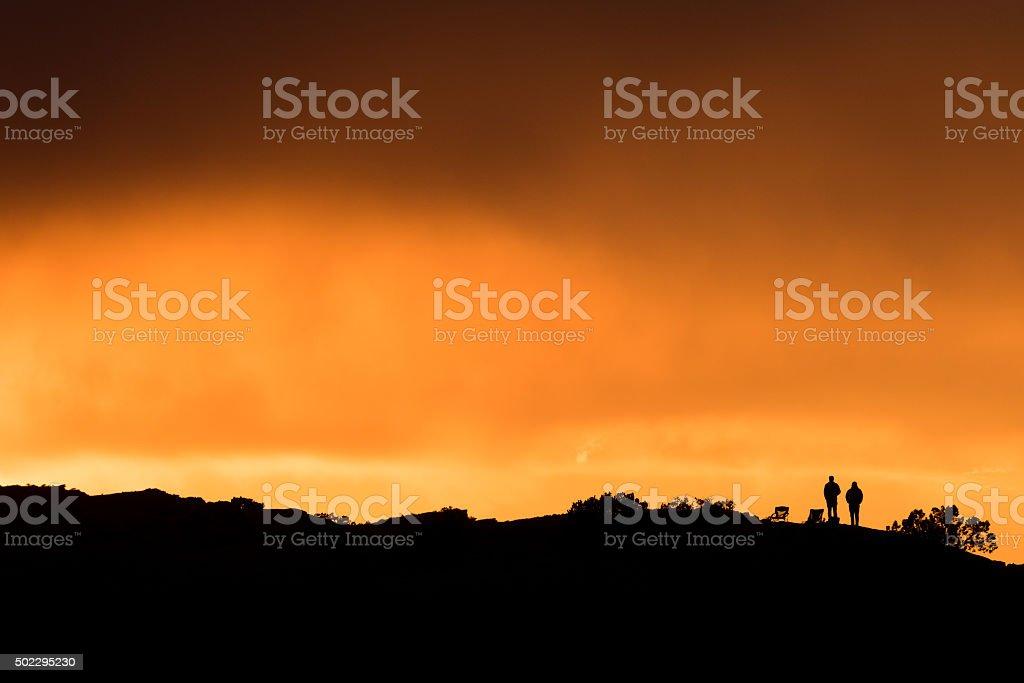 Zwei Zuschauer auf einem Hügel bei Sonnenuntergang – Foto