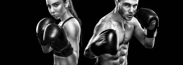 Deux boxeurs sportsmans sur fond noir. Copiez l'espace. Notion de sport. - Photo