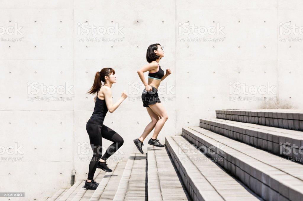 都市設定の手順を実行している 2 つのスポーティな日本人女性 ストックフォト