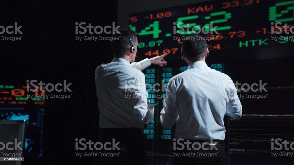 ライブの前に 2 つの株式ブローカー市場のフィード ストックフォト