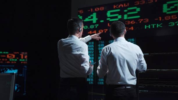 ライブの前に 2 つの株式ブローカー市場のフィード - 株式仲買人 ストックフォトと画像