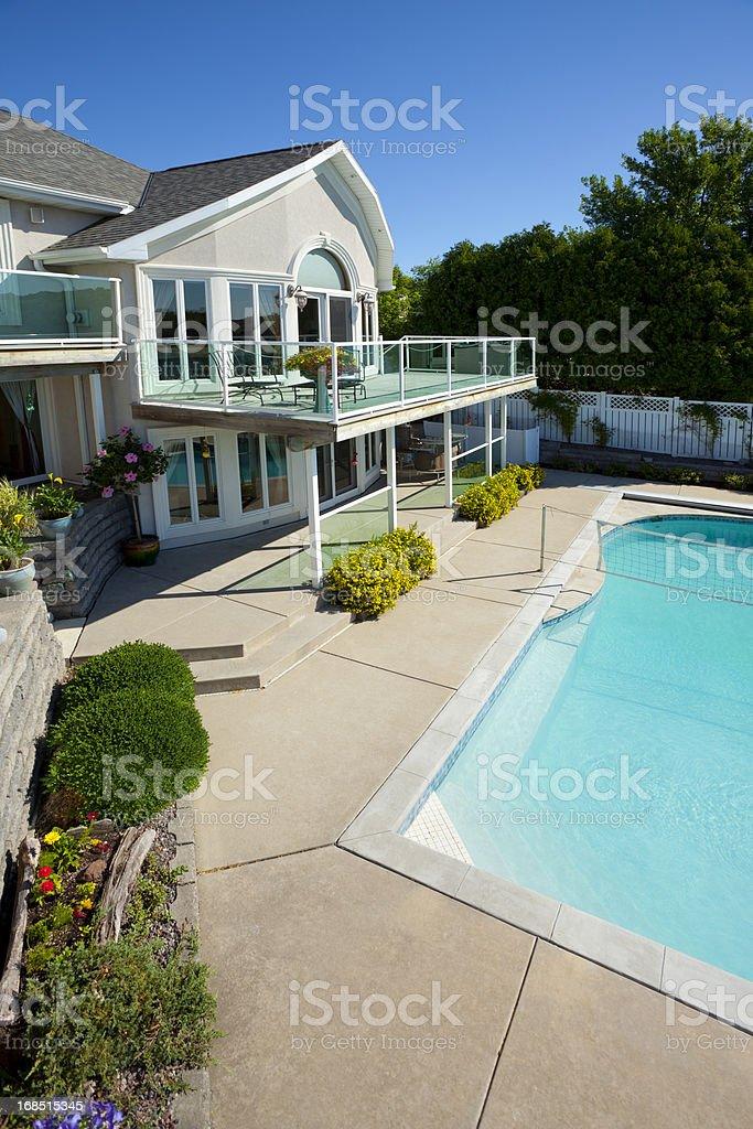 Casa De Dos Pisos Con Una Terraza Con Vista A La Piscina