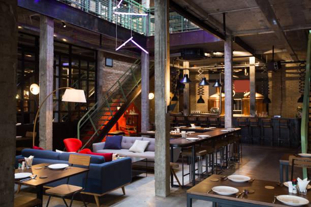 zweistöckigen loft bar mit sofas - club sofa stock-fotos und bilder