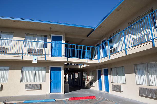 dwupiętrowy motel z parkingiem - motel zdjęcia i obrazy z banku zdjęć