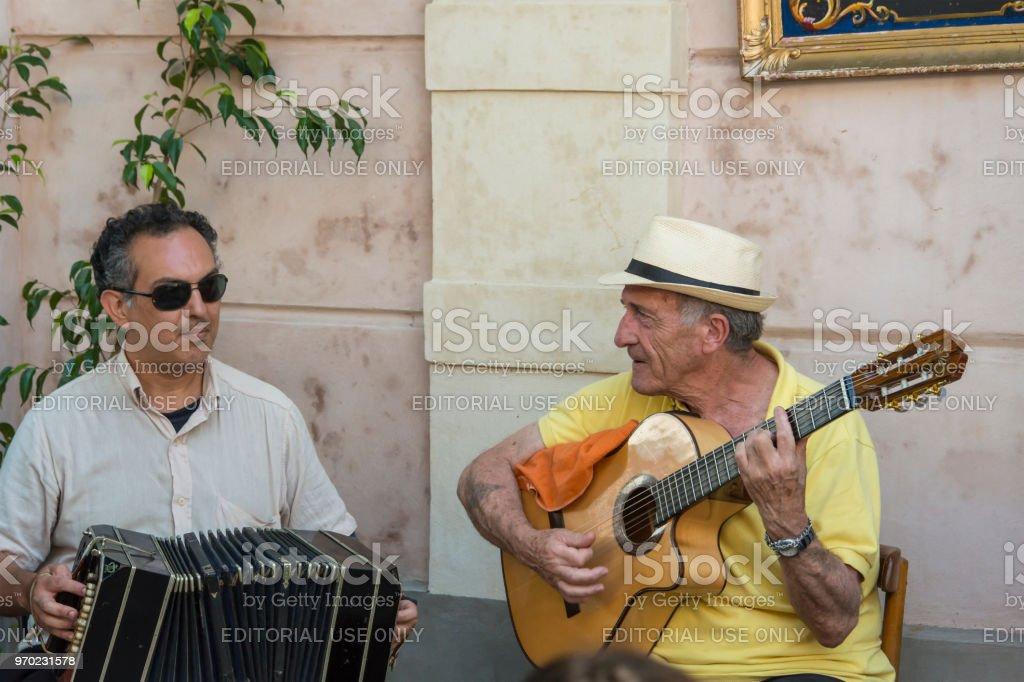 Dos músicos callejeros tocando Tango en Buenos Aires, Argentina - foto de stock