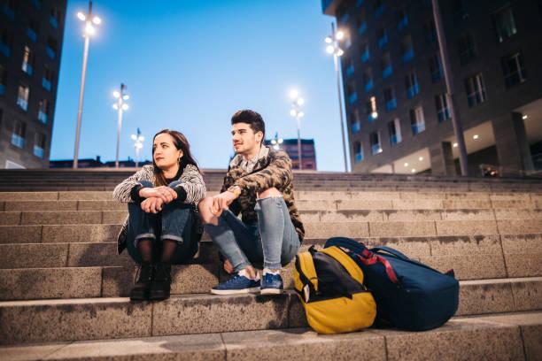 도시에 앉아 두 학생 - estudiante 뉴스 사진 이미지
