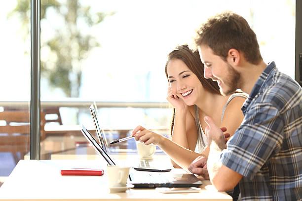 zwei studenten studieren im einer café - suche freundin stock-fotos und bilder