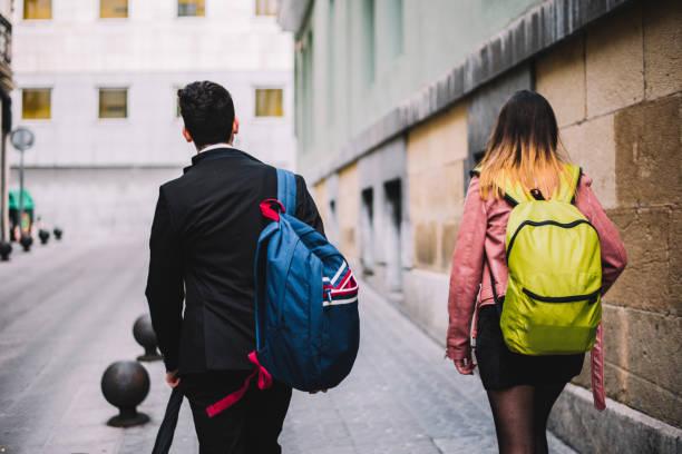 sokakta yürüyen iki öğrenci - estudiante stok fotoğraflar ve resimler