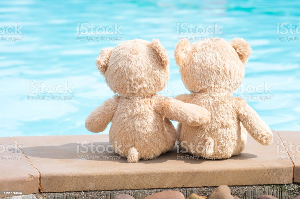 Two teddy bears pool edge view. Love and relationship concept. - Royalty-free Affectionate Stock Photo