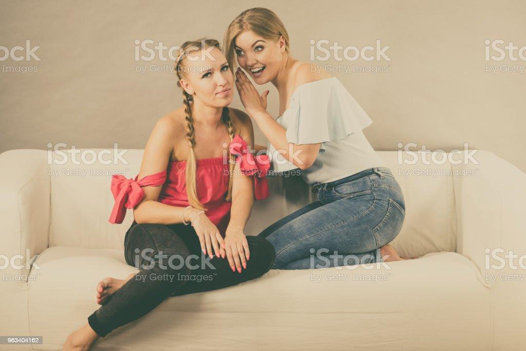 Two teen women gossiping - Zbiór zdjęć royalty-free (Dorosły)