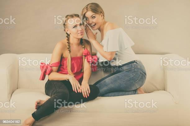Dwie Nastoletnie Kobiety Plotkują - zdjęcia stockowe i więcej obrazów Dorosły
