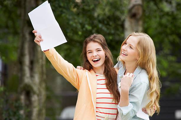 dois adolescentes meninas comemorando sucesso de exame resultados - happy test results - fotografias e filmes do acervo