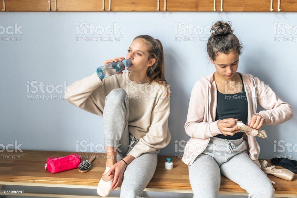 8c9e8cbfa duas adolescentes sentado no vestiário do estúdio de ballet foto  royalty-free