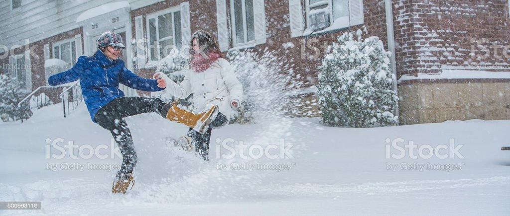 Adolescente deux filles sous la neige dans la rue - Photo