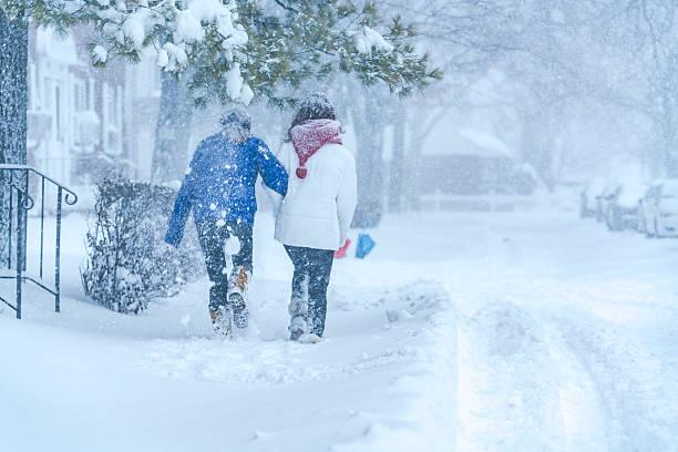 zwei teenager-mädchen unter schneefall auf der straße - frisuren für schulterlanges haar stock-fotos und bilder