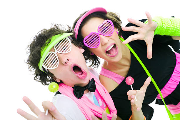 zwei teenager diskothek tanzen, singen - neon partylebensmittel stock-fotos und bilder