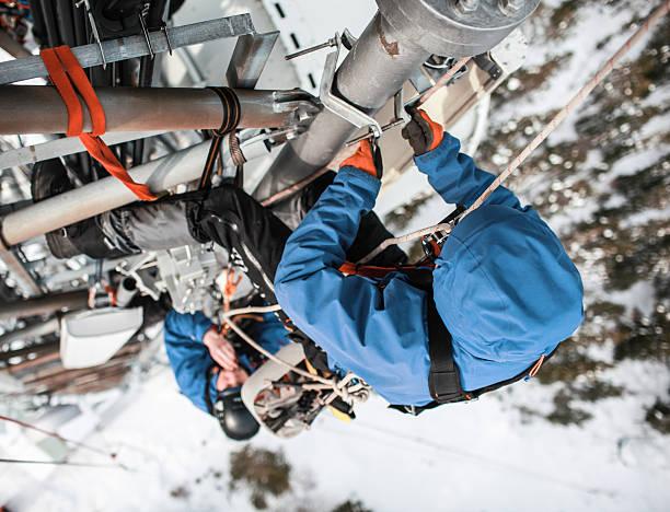 Zwei telecommunication manuelle high Arbeiter Ingenieure Antenne reparieren – Foto