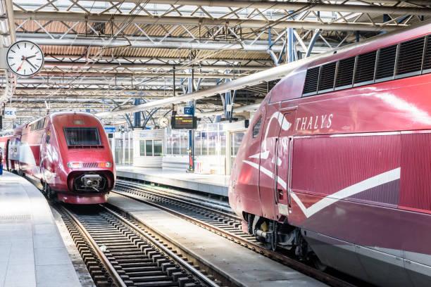 Deux trains à grande vitesse Thalys stationnants dans la gare de Bruxelles-Sud, en Belgique. - Photo