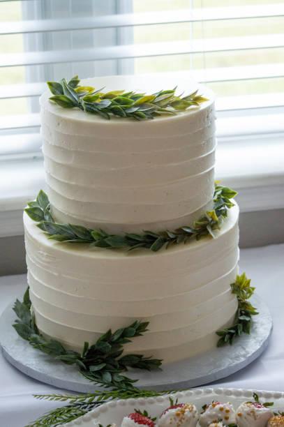 ein zweistuflicher weißer kuchen - brautparty kuchen stock-fotos und bilder