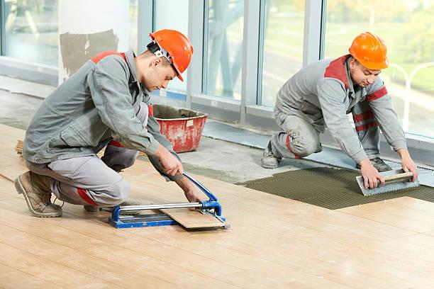 zwei tilers industrielle etage fliesen renovierung - keramik fliesen handwerk stock-fotos und bilder