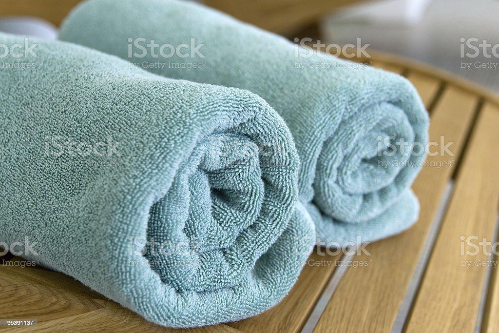 Zwei Handtücher geflochtenen in einem Tubulus auf Stuhl Lizenzfreies stock-foto
