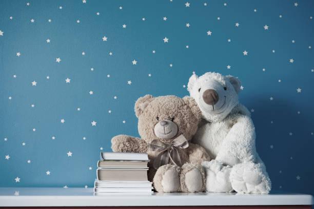dos juguetes con libros en la habitación - foto de stock