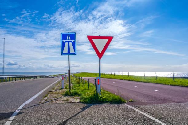 twee verkeersborden, Nederland foto