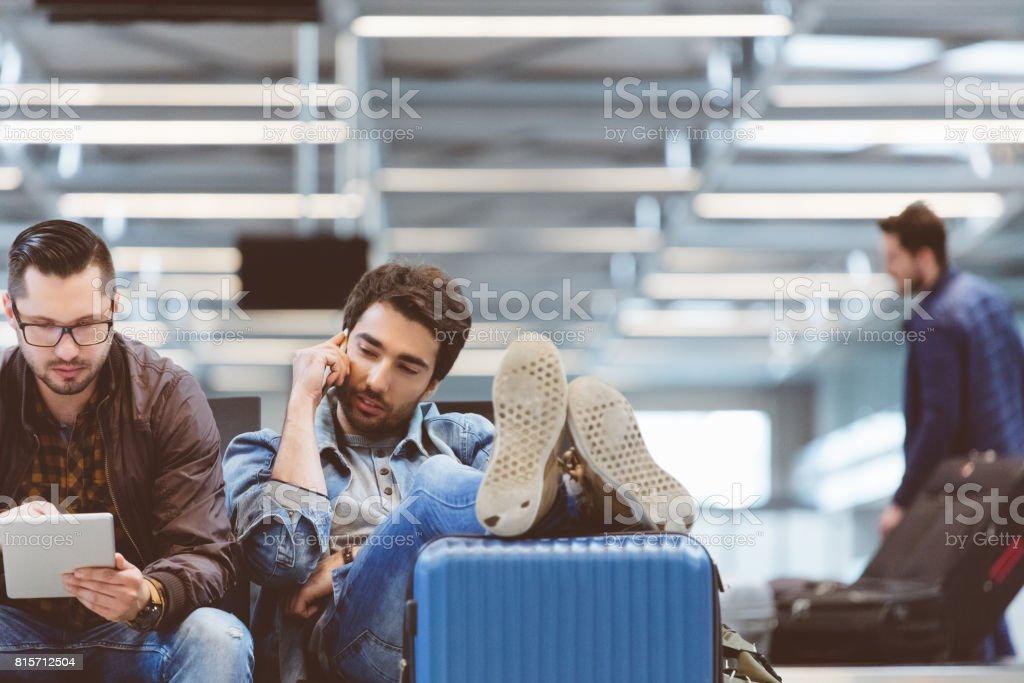 Zwei Reisende am Flughafen Wartehalle Lizenzfreies stock-foto
