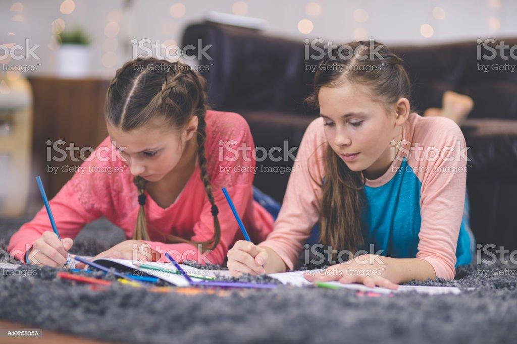 Dos Niñas Tween Dibujo Y Colorear Juntos - Fotografía de stock y más ...