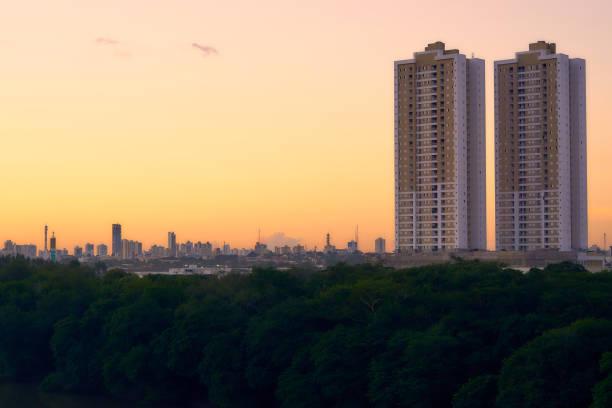 Zwei Twin-Gebäude mit der Stadt Cuiabá im Hintergrund bei einem schönen Sonnenuntergang - Foto von oben die Brücke Sérgio Motta. – Foto