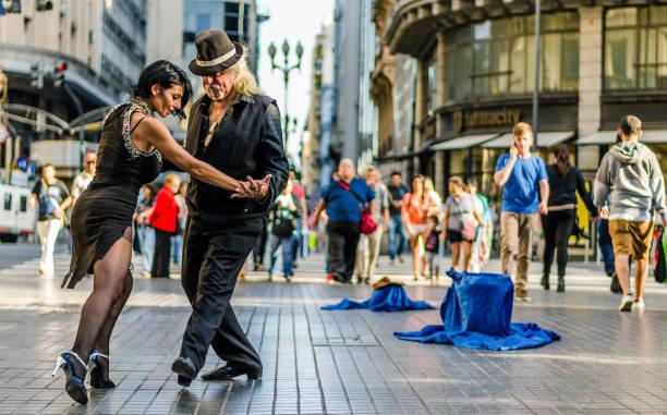 dois dançarinos de tango não identificado - belas mulheres argentina - fotografias e filmes do acervo