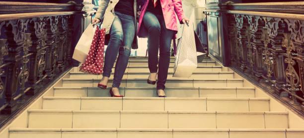 zwei nicht mehr wiederzuerkennen junge weibliche freunde genießen einen tag einkaufen - damen jeans sale stock-fotos und bilder