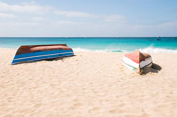 zwei aufgestellten boote am strand - kapverdische inseln stock-fotos und bilder