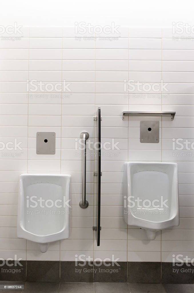 Two urinals side by side - foto de acervo