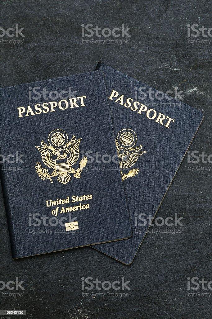 Zwei uns Reisepass, auf schwarzem Hintergrund – Foto