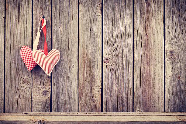 zwei valentinstag herzen auf rustikalen holz-wand - stoffregal stock-fotos und bilder