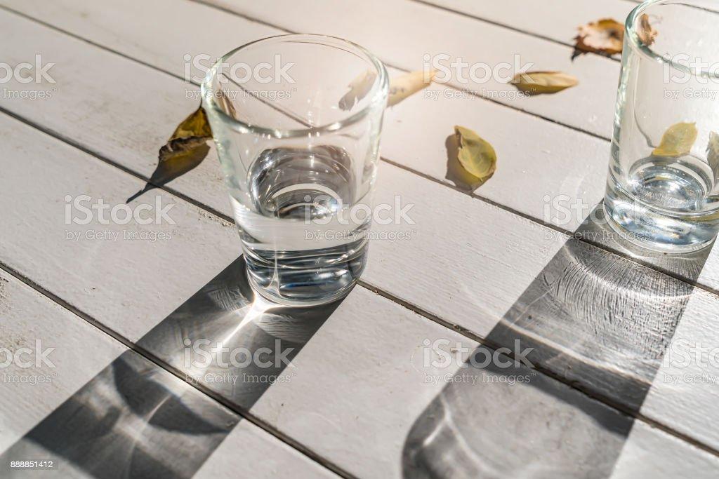 zwei Wassergläser auf einem weißen Tisch – Foto