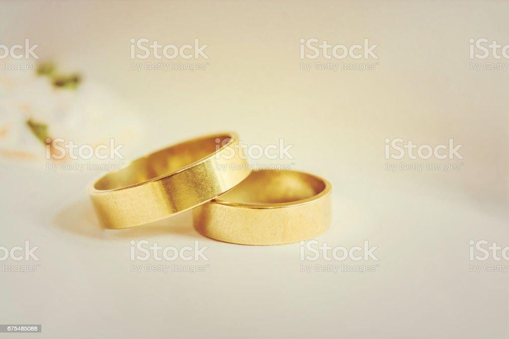 İki alyans gelinlik üzerinde döşeme royalty-free stock photo
