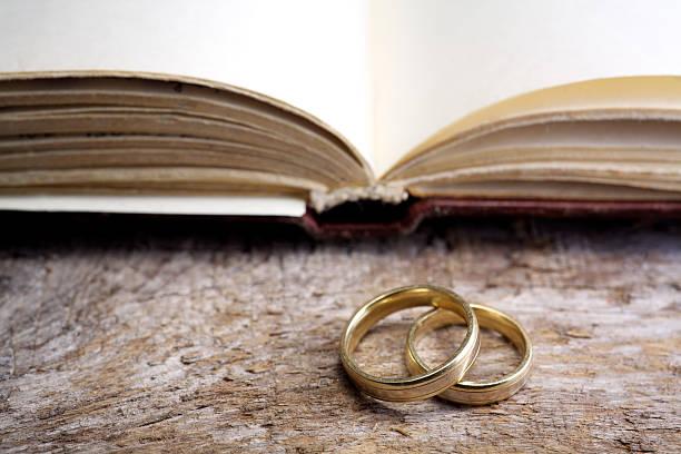 zwei hochzeit ringe mit bibel - verse zur hochzeit stock-fotos und bilder