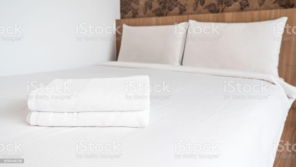 Deux blanches duveteuses blanchis sur lit blanc 1 - Photo