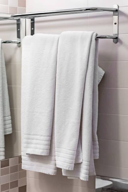 zwei weiße Handtücher auf dem Aufhänger – Foto