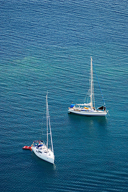 Zwei weiße Yachten auf dem blauen Meer – Foto